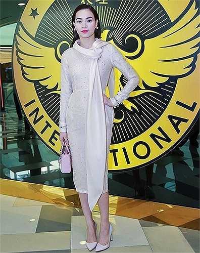 Bộ váy sắc hồng nhạt với khăn quàng nhẹ của Hà Hồ bị một số khán giả cho là hơi thiếu tinh tế.