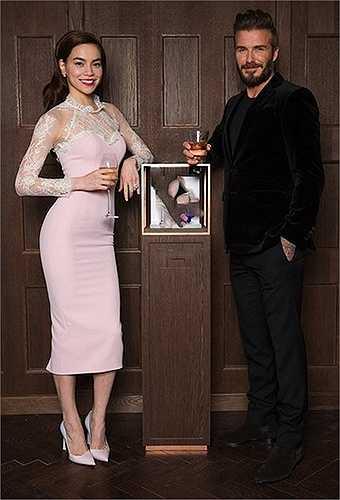 Chiếc đầm hồng mà Lý Quí Khánh thiết kế cho cô được nhiều người khen ngợi, nhưng cũng không ít ý kiến cho rằng nó hơi 'sến'.