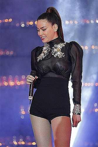 Nữ hoàng giải trí nhiều lần diện những trang phục xuyên thấu