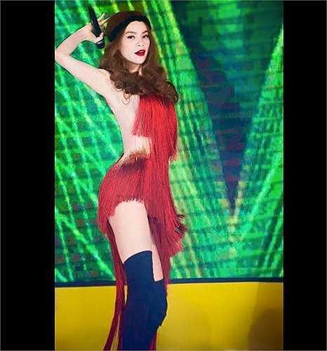 Hà Hồ trở thành đề tài bàn tán khi mặc một chiếc váy đỏ khá ngắn với những khoảng hở táo bạo của NTK Lý Quí Khánh.