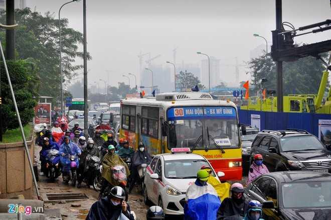 Một nhân viên công trình xây cầu vượt tại nút giao trên cho biết, mưa lớn khiến đường Hoàng Minh Giám ngập 20-30 cm, ôtô vẫn di chuyển được nhưng nhiều người lái xe máy không dám qua dẫn đến cảnh ùn tắc.