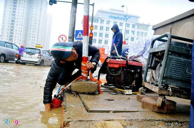 Đơn vị đã yêu cầu nhân viên mang máy bơm ra hút nước từ sáng nhưng sau 3 giờ, tuyến đường vẫn ngập, giao thông vẫn tê liệt, lãnh đạo đội CSGT số 6 cho hay.
