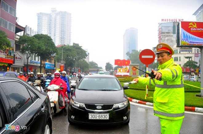 Thực hiện từ 5h30 song suốt buổi sáng, dọc tuyến xuyên tâm Trần Duy Hưng - Nguyễn Chí Thanh và các đường cắt ngang trục này ùn tắc nặng. Nhiều xe máy loay hoay tìm cách rẽ vào các ngõ ngách để thoát khỏi dòng xe cộ ken cứng.
