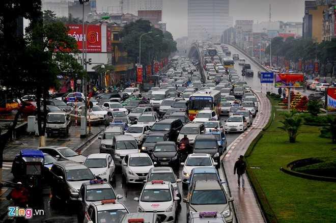 Giao thông hỗn loạn, ôtô đứng im trên cầu vượt Trần Duy Hưng và các đường nhánh xung quanh. Đến 10h sáng, đường vẫn tắc dài trong mưa rét.