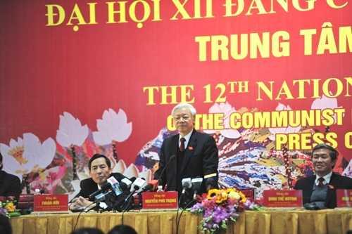 Tổng Bí thư Nguyễn Phú Trọng trả lời họp báo sau phiên bế mạc Đại hội Đảng XII. (Ảnh: Quang Tùng)