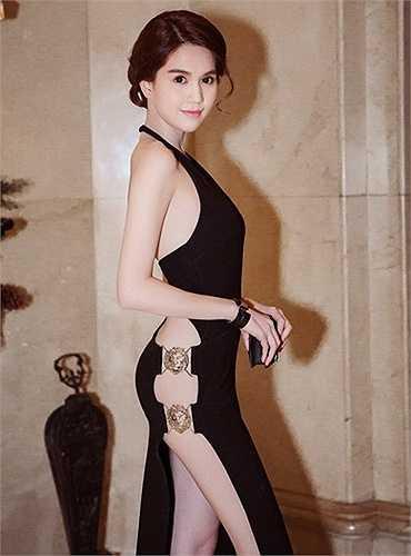 Ngọc Trinh diện một chiếc váy có đường xẻ lườn và hở toàn bộ phần lưng, đây là thiết kế từ thương hiệu Versus có giá 25 triệu đồng.