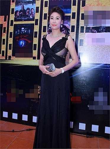 Chiếc váy mà Hà Kiều Anh sử dụng có khoảng hở khá nhạy cảm