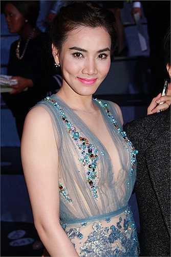 Nhờ vào những chi tiết đính đá dày ở vòng 1 cùng lớp lót tiệp màu với da mà chiếc váy mong manh này của Trang Nhung không cần tới áo bra để che chắn.