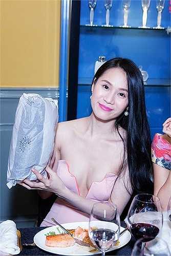 Thái Hà cũng táo bạo không kém với đầm cắt cúp vùng ngực