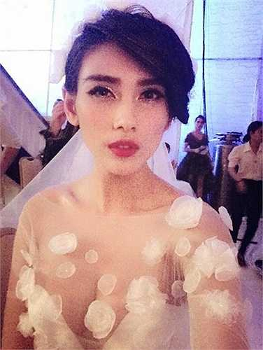 Hoàng Yến diện một chiếc váy cưới voan với phần ngực gần như hở toàn bộ, không nội y bên trong
