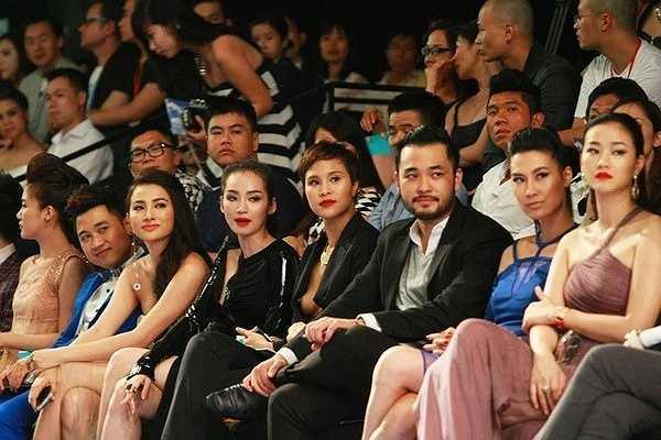 Phương Mai lộ ngực khi tham dự một chương trình thời trang