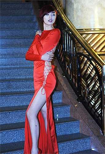 Một chiếc váy khoe lườn của chân dài Hà Thành nhưng có lẽ cô được đánh giá cao vì là người tiên phong và đi đầu về mặc mốt váy hở lườn không nội y cách đây mấy năm trong khi các đàn chị mãi đến bây giờ mới ứng dụng kiểu thiết kế này.