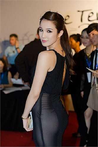 Diệp Lâm Anh cũng từng chọn một chiếc váy mỏng trong suốt khoe trọn vòng 3 không nội y đi dự sự kiện thảm đỏ.