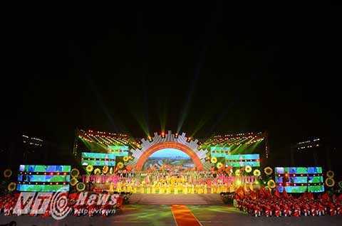 Sân khấu hình bán nguyệt có bán kính 22,5m, thiết kế 3 tầng có tổng diện tích lên đến  1.200m2