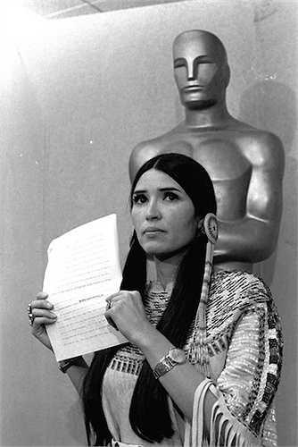 2. Năm 1973, Bố già Marlon Bradon từ chối nhận giải Oscar hạng mục Nam diễn viễn xuất sắc. Thư ký của ông trong trang phục người Mỹ da đỏ là người lên sân khấu đọc tuyên bố này thay cho Bradon. Lý do là ông đang ủng hộ cuộc đấu tranh của ngưỡi Mỹ bản địa chống lại sự xâm lược của người da trắng.