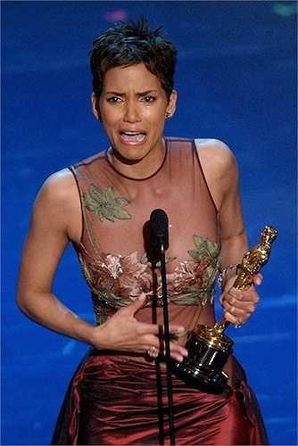 12. Năm 2001, Halle Berry trở thành nữ diễn viên người Mỹ gốc Phi đầu tiên giành giải Oscar. Cô cũng vượt gấp 4 lần thời gian quy định 45 giây cho bài phát biểu chỉ để cảm ơn để tất cả mọi người ở Hollywood và chồng cô.