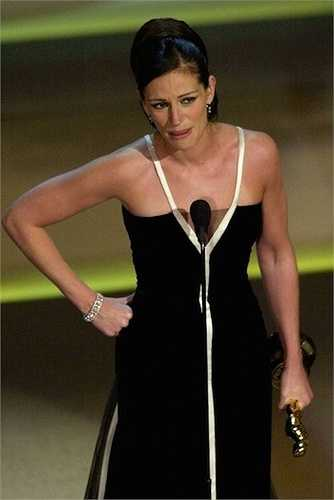 13. Cũng cùng năm 2001, Julia Roberts giành giải Nữ diễn viên chính xuất sắccho bộ phim Erin Brokovich. Cô đã khóc rất nhiều, phát biểu lố thời gian quy định, cám ơn rất nhiều người, nhưng lại quên cảm ơn Erin Brokovich - nhân vật đã giúp cô thắng giải.
