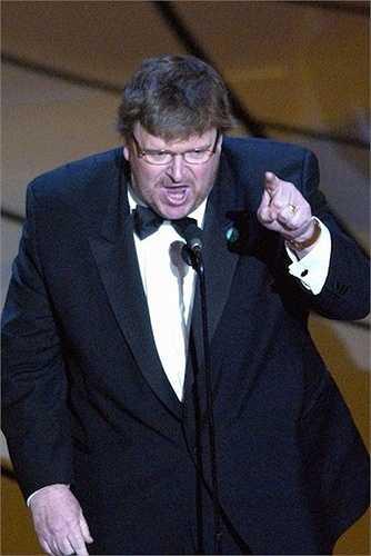 14. Khi lên sân khấu nhận giải Phim tài liệu xuất sắccho Bowling for Columbine vào năm 2002, Michael Moore đã thẳng thắn lên án, chỉ trích tổng thống Bush trong cuộc chiến tranh với Iraq.