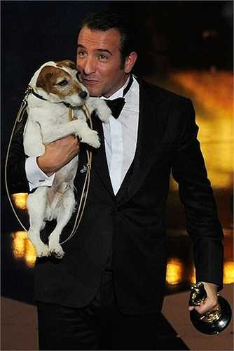 16. Ngôi sao Jean Dujardin đã mang chú chó Uggie – người bạn đồng hành của anh khi lên sân khấu nhận giải Oscar 2012. Hình ảnh này đã làm tan chảy hàng triệu trái tim lúc bấy giờ.