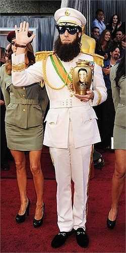 17. Sau khi được thu hồi quyết định cấm tham dự giải Oscar 2012, Sacha Baron Cohen đã đại náo thảm đỏ Oscar 2012 khi hóa trang thành hình tượng trong phim Kẻ độc tài. Điều gây bức xúc nhất là anh còn cầm bình biểu trưng cho bình tro cốt của nhà lãnh đạo Triều Tiên Kim Jong Il khi ông mới qua đời cách thời điểm đó không lâu. Anh có rắc 'tro cốt' lên thảm đỏ và người khách rồi đùa cợt đầy khiếm nhã.