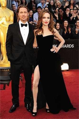 18. Angelina Jolie bất ngờ xòe ra chân phải cong veo và không được đẹp của mình ngay trên thảm đỏ Oscar 2012. Cô đã tạo đủ dáng nhằm khoe chân hết cỡ với chiếc đầm nhung đen xẻ tà cao hiệu Atelier Versace. Hành động này đã bị cư dân mạng 'ném đá' và photoshop giễu cợt suốt một thời gian dài.