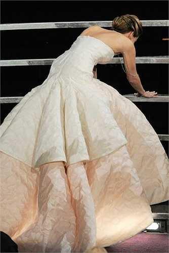 20. Sự phấn khích tột độ khi đoạt giải Nữ diễn viên chính xuất sắc Oscar 2013 đã khiến Jennifer Lawrence vấp té khi lên sân khấu nhận giải. Hai tài tử Hugh Jackman và Bradley Cooper ngỏ ý muốn đỡ cô nhưng người đẹp đã từ chối và một mình đứng dậy.  (Theo Zing)