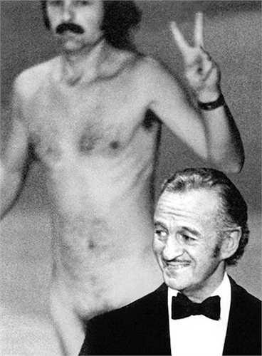 3. Năm 1974, không hiểu vì lý do gì mà nhiếp ảnh gia Rober Opel chạy ngang sân khấu trong tình trạng không một mảnh vải che thân. Anh còn rất tỉnh khi giơ tay kí hiệu 'V' (Victory = Chiến thắng!). Diễn viên David Niven – người đang công bố giải thưởng trên sân khấu bình ngay một câu hóm hỉnh: 'Không phải là điều thú vị sao khi nghĩ rằng người đàn ông này muốn có được tiếng cười đúng nghĩa duy nhất trong đời bằng cách nude và chỉ cho người ta biết trên người anh ta có bao nhiêu khuyết điểm!'.