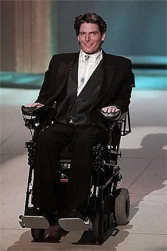 4. Superman Christopher Reeves vẫn cố gắng xuất hiện tại lễ trao giải Oscar 1996 trên chiếc xe lăn. Anh bị liệt từ thắt lưng trở xuống sau cú ngã ngựa một năm trước đó.