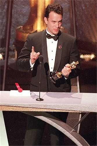 7. Tại Oscar năm 1994, khi nhận tượng vàng cho hạng mục Nam diễn viên chính xuất sắccho bộ phim Philadelphia, Tom Hanks đã dành lời cám ơn đến Rawley Farnsworh – thầy giáo dạy diễn xuất thời trung học của anh và một người đồng tính. Anh bày tỏ mong muốn đấu tranh vì quyền lợi của những người đồng tính.