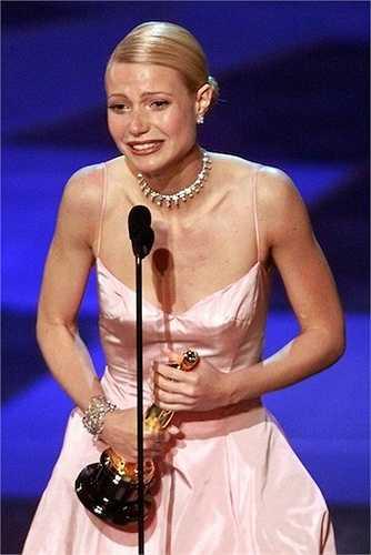 9. Mỗi người có cách thể hiện cảm xúc khác nhau khi nhận giải Oscar nhưngGwyneth Paltrow được cho là người xúc động nhất từ trước đến nay. Cô khóc đầm đìa khi nhận giải Nữ diễn viên chính xuất sắc trong bộ phim Shakespeare in Love.