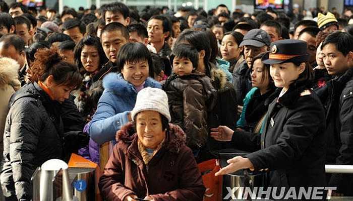 Cảnh tượng đông đúc tại cửa soát vé phía Nam ga tàu Bắc Kinh.