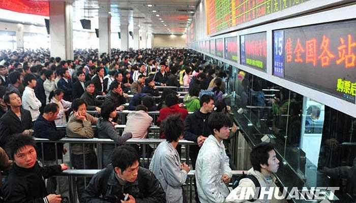 Để có tấm vé về quê ăn Tết, những người công nhân ở Quảng Châu đã phải xếp hàng mua vé trước đó gần 2 tháng.