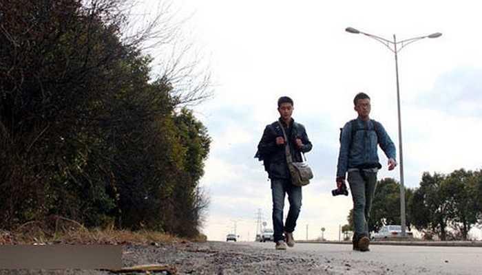 Vì không thể 'tranh cướp' được một chiếc vé xe, hai sinh viên năm 3 trường đại học Tô Châu đã quyết định đi bộ quãng đường hơn 400km, và trở về quê hương sau 20 ngày.