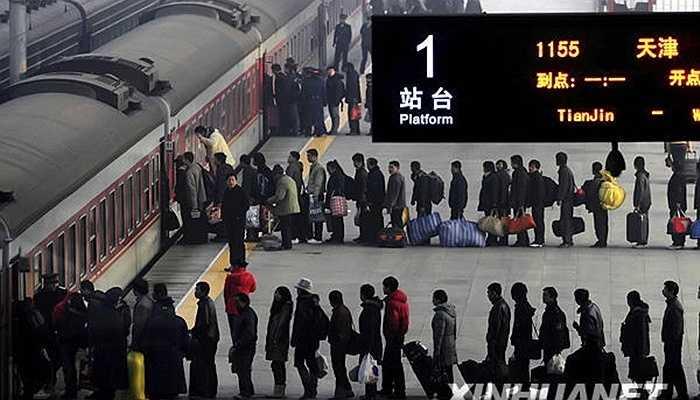 Mọi người xếp hàng trật tự chờ lên tàu. Từ năm 2009 đến nay, trong các ngày giáp Tết, mỗi ngày ga tàu Thiên Tân đón tiếp hơn 50.000 lượt người.