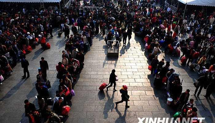 Người dân xếp hàng dài chờ vào ga Quảng Châu.
