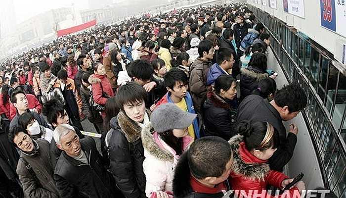 Để mua được một chiếc vé, người dân sẽ phải chen chúc nhau trong những hàng dài không biết đâu là điểm đầu, điểm cuối.