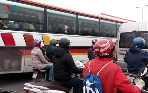Được biết, nguyên nhân của vụ tai nạn bắt nguồn từ pha va chạm giữa một <a href='http://vtc.vn/oto-xe-may.31.0.html' >xe co</a>n với xe Công ten nơ ở đoạn đường Nguyễn Văn Linh (Long Biên, Hà Nội).