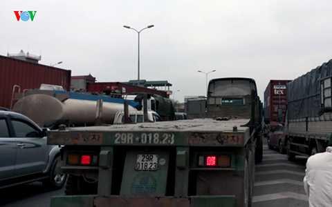 Sau đó các phương tiện ùn tắc kéo dài, <a href='http://vtc.vn/oto-xe-may.31.0.html' >ô tô</a> hầu như không di chuyển được, trong khi các phương tiện xe máy phải nhích từng mét.