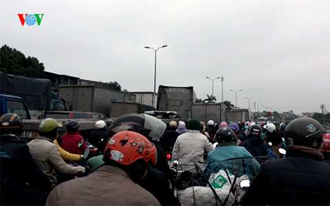 Do các phương tiện đổ về rất đông nên tình trạng ùn tắc ngày một kéo dài.