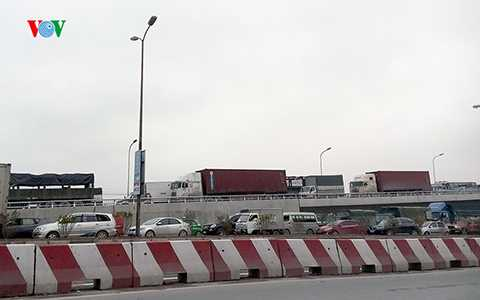 Các phương tiện từ cầu Thanh Trì xuống cũng bị ùn tắc.
