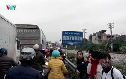 Ùn tắc khiến các xe khách và xe buýt không thể bắt khách.