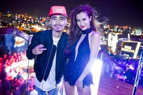 Đông Nhi và một DJ tại sự kiện Gold Celebration.