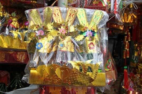 Bên cạnh đó, chuẩn bị mâm cỗ cúng ông công, ông Táo không thể thiếu các bộ đồ vàng mã. Trung bình, giá của đồ vàng mã dao động từ 80.000 - 300.000 đồng/bộ (tùy kích thước, độ cầu kỳ).