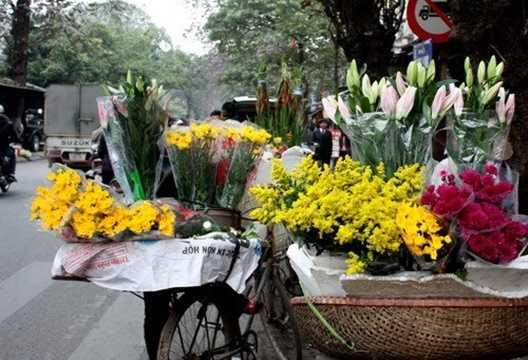 Hoa cúng trong những ngày này cũng có sự tăng giá, trung bình hoa cúc có giá từ 7.000 - 8.000 đồng/bông, hoa hồng từ 4.000 - 6.000 đồng/bông. Để tiết kiệm chi phí, bạn có thể mua các loại hoa này trước ngày cúng ông Công khoảng 1-2 ngày, hoa vẫn có thể tươi lâu.