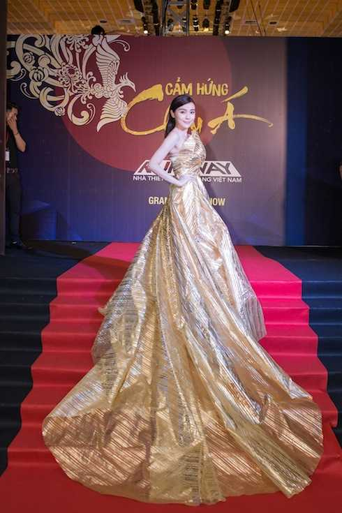 Cao Thái Hà diện một bộ đầm ánh kim lệch vai vô cùng sexy trên thảm đỏ.