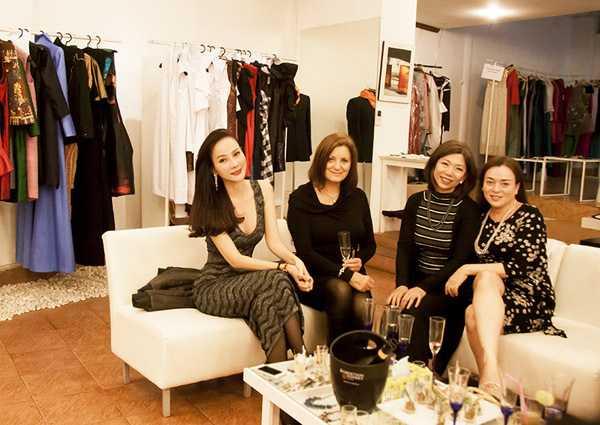 """Nhận được lời mời từ Ban tổ chức """"Lao Fashion Week 2016"""" với vai trò khách mời, tuy nhiên trong buổi tiệc cocktail để chào mừng những NTK cũng như gặp gỡ BTC, đại diện Bộ văn hóa và các Đại sứ quán tại Lào trước đêm diễn, Dương Yến Ngọc đã gây được sự chú ý đặc biệt từ vóc dáng lẫn phong cách thời trang chuyên nghiệp."""