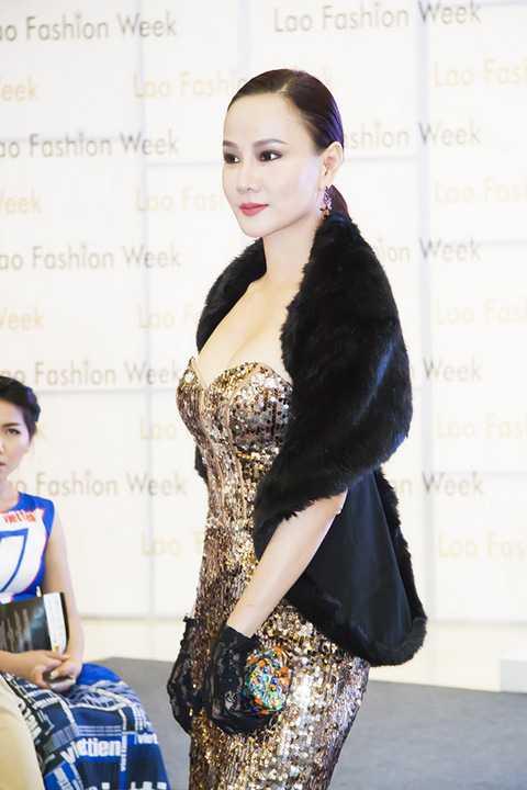 Theo đó, cô đã bị thuyết phục trước lời mời từ 2 NTK đến từ Singapore và Thái Lan là Hayden Ng cùng Yuki Unawan Tangkaravakoon (YuNa) để đồng ý xuất hiện trong các BST của họ ở vị trí chốt màn trình diễn.