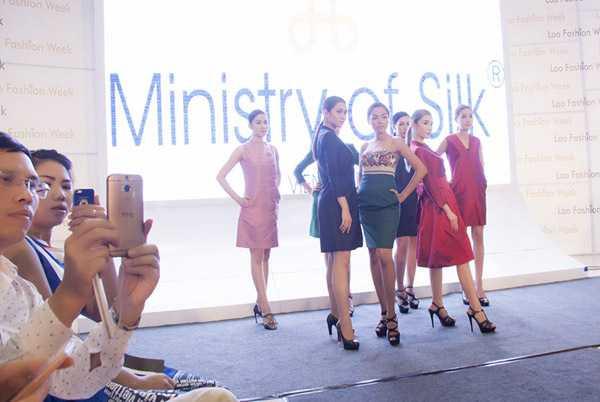 Trong đó, Hayden là NTK chuyên thiết kế trang phục cho các Miss Universe Singapore và người nổi tiếng. Còn Yuki là NTK trẻ có quá trình học ở San Francisco và London. Cũng ngay tại đêm tiệc cocktail này, Dương Yến Ngọc đã có buổi thử váy dạ hội và tạo ấn tượng trước các khách mời tham dự.