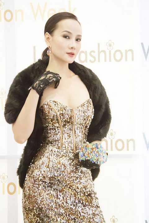 """Và trong đêm khai mạc """"Lao Fashion Week 2016"""" vừa diễn ra, Dương Yến Ngọc hầu như thu hút mọi ánh nhìn trước ống kính khi xuất hiện lộng lẫy lẫn quyền lực trong bộ váy dạ hội sequin cúp ngực ánh vàng quyến rũ"""