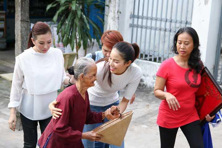 Nếu hoa hậu Thu Hoài là người thường xuyên có những hoạt động từ thiện tại miền Tây từ trước đến nay thì Phạm Hương, Hà Thu hay Diệu Linh là những người đẹp lần đầu về những vùng đất đồng bằng miền Tây này.